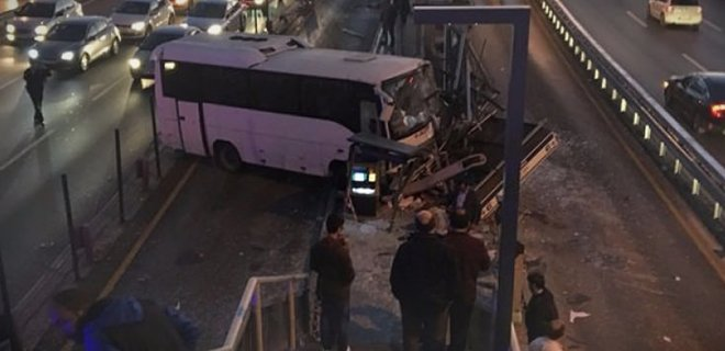 Servis Aracı Metrobüs Durağına Girdi