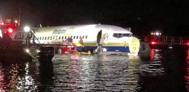 Yüzlerce Kişiyi Taşıyan Uçak Nehre Düştü!