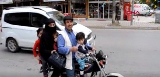 Bu Kadarına Pes! 5 Kişilik Ailenin Motosikletle Tehlikeli Yolculuğu Görenleri Şaşırttı!
