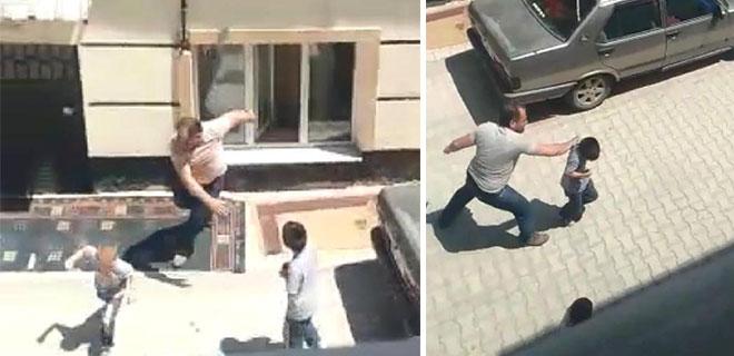 Vicdansız Baba Acımadı! Sokak Ortasında Çocuklarını Tekme Tokat Dövdü!
