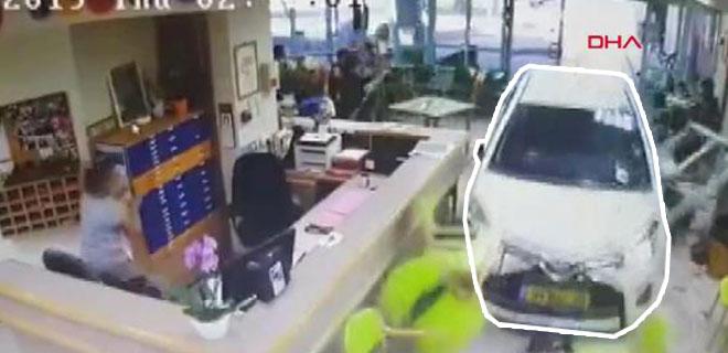 74 Yaşındaki Sürücü Huzurevinin Lobisine Otomobille Girdi! İşte O Anlar…