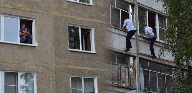 Vicdansız Baba Bebeğini Camdan Atmak İstedi! Minik Çocuk Böyle Kurtarıldı!