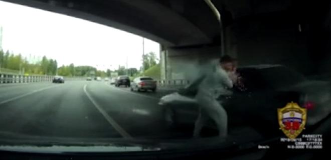 Trafikte Tartıştı Sürücüye İşaret Fişeği Attı! Kan Donduran Görüntüler...