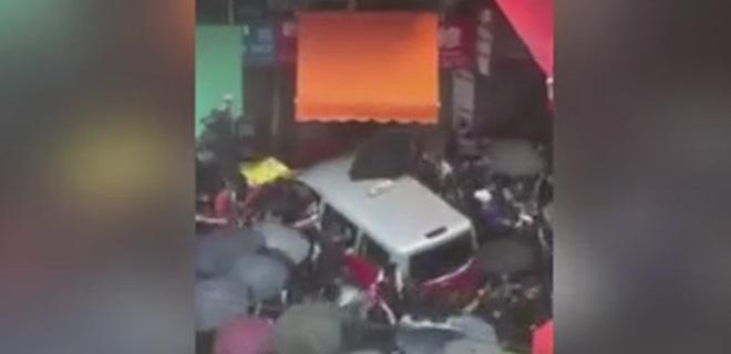 Hong Kong'da Sular Durulmuyor! Taksi Eylemcilerin Arasına Daldı!