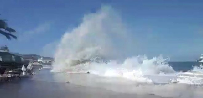 Büyükada'da Tsunami Benzeri Dev Dalgalar Paniğe Neden Oldu! Canlarını Son Anda Kurtardılar
