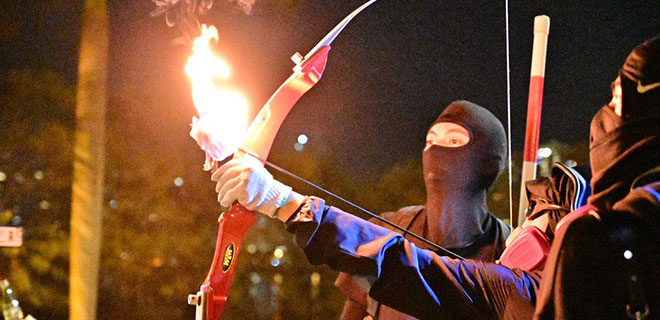 Hong Kong'da Eylemciler Sınırları Aştı! Mancınıktan Sonra Şimdi de Ateşli Ok!