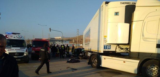 TIR'ın Altına Giren Otomobilde 3 Kişi Öldü 1 Kişi Yaralandı
