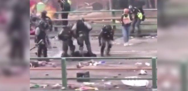 Yerde Sürüklenen Eylemciye Polisin Sert Müdahalesi Cep Telefonu Kamerasıyla Kaydedildi