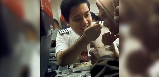 Kabin Görevlisi, Yaşlı Kadını Elleriyle Besledi O Görüntüler Milyonlarca İzlendi!