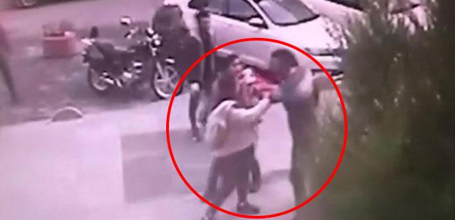 Şoförü Uyardılar, Darp Edildiler! Cani Adamın Saldırı Anı Kameralara Böyle Yansıdı!