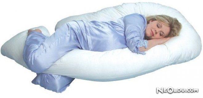 Diz Arasında Yastıkla Uyumak Zararlı Mı?