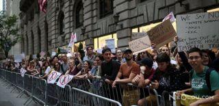 Trump Evinin Önünde Protesto Edildi