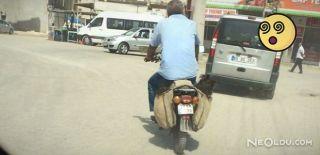 İki Çocuğu Motosikletin Heybesine Koydu
