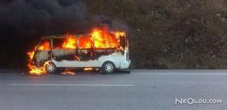 Servis Minibüsü Seyir Halindeyken Yandı