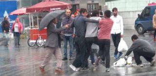 Taksim'de Şemsiye Satıcıları Birbirine Girdi