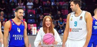 Anadolu Efes-Real Madrid Maçının Hava Atışını Elçin Sangu Yaptı