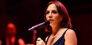 Sertab Erener'den Konserde Karaibrahimgil'e Telefon