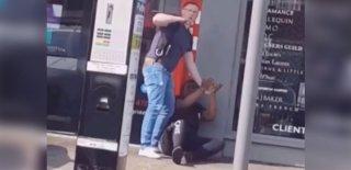 Vicdansız Polis Kelepçelediği Çocuğu Cop ile Böyle Dövdü!