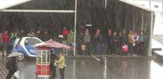 İstanbul'u Kara Bulutlar Kapladı! Yağmur Hayatı Felç Etti!