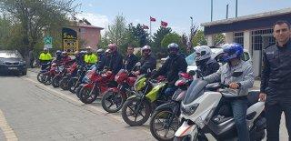 Trafik Polislerinden Büyük Jest! Motosiklet Sürücülerine Kask Hediye Ettiler!