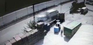 Ankara'da Korkunç Kaza! Minibüs Park Halindeki Kamyonete İşte Böyle Çarptı!
