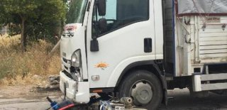 Kamyonet ile Çarpışan Motosikletin Sürücüsü Ağır Yaralandı!