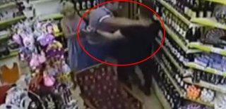 Rus Turist Kameralara Yakalandı! Köpeğe Tekme, Sahibine Kafa Attı!