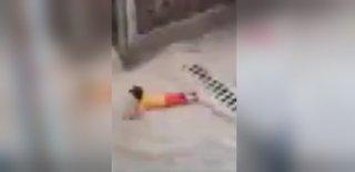 Suriyeli Çocuğun Yağmur Sevinci Görenleri Güldürdü!
