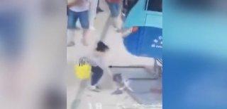 Minik Kız Az Daha Otobüsün Altında Kalıyordu! Mucize Kurtuluş Kameralara Yansıdı…