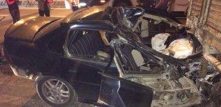 Direksiyon Hakimiyetini Kaybetti Park Halindeki Kamyona Çarptı! Aracın İçerisinden Zorlukla Çıkartıldı
