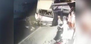 Bursa'da Korkunç Kaza! Kamyon Yol Kenarında Bekleyen 5 Kişiye Böyle Çarpıp Markete Girdi!