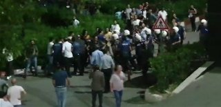İzmir'de İki Aile Arasında Bıçaklı Kavga Kanlı Bitti! İşte 1 Kişinin Öldüğü Kavga Anı