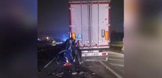 Sakarya'da Trafik Kazası Can Aldı! Minibüs TIR'a Arkadan Çarptı: 1 Ölü 1 Yaralı
