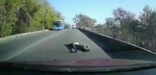 Hareket Halindeki Ambulanstan Böyle Düştü! İşte Korku Dolu Anlar…
