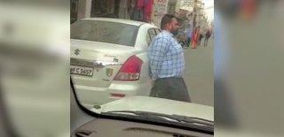 """Yol Kenarındaki Aracı Elleriyle Kaldırdı! Ambulans Sürücüsü """"Hintli Herkül"""" Sosyal Medyanın Gündeminde!"""