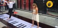 2 Kişi Ayaklarıyla Piyano Çaldı